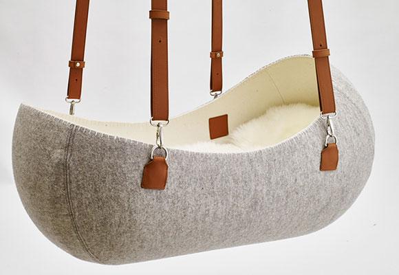 cama cuna Little Nest para bebés de fieltro y cuero por Oszkar Vagi