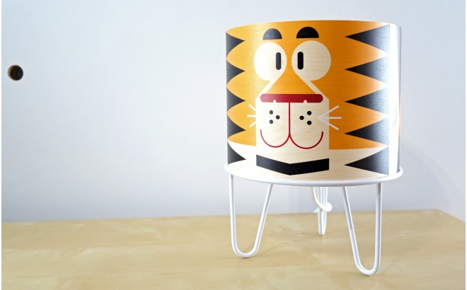 lámpara de mesa infantil Minilum Tigre, madera y metal blanco