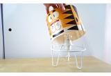 luminaria infantil Minilum Tigre, pantalla de madera y metal blanco
