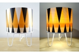 lampe enfant Minilum motif géométrique, abat-jour bois et pied metal blanc