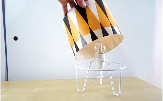 lámpara infantil Minilum, pantalla de madera con motivos geometricos