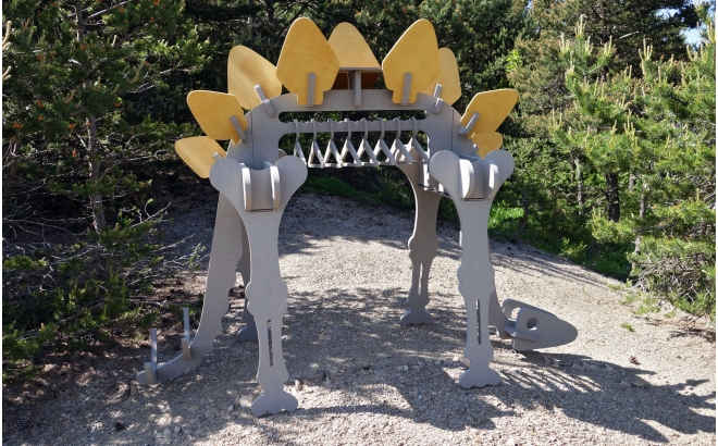 porte v tements enfants en bois dinosaures portant habits gar on par le studio design. Black Bedroom Furniture Sets. Home Design Ideas