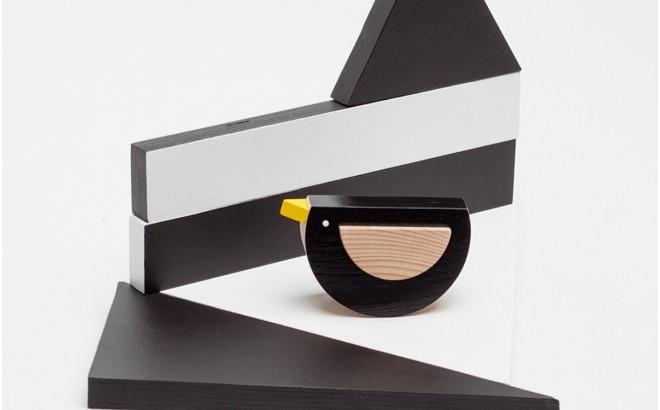 juguete pájaro de madera negro Kos por Kutulu design