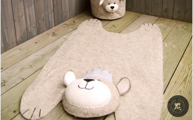 alfombra infantil oso con corona de fieltro por Fiona Walker